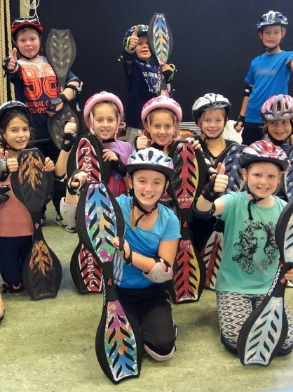 """Maxboard macht Schule - ist ein Schulsportprogramm für den Fachbereich """"Gleiten, Rollen, Fahren"""", um Schülern wie auch Lehrern ein Sportgerät vorzustellen, dass es ihnen ermöglicht mit Spass an der aussergewöhnlichen Bewegung ganz nebenher die Koordination, Muskelaufbau, den Geist und Teamfähigkeit zu schärfen und ihnen dabei das Gefühl des Surfens zu vermitteln."""